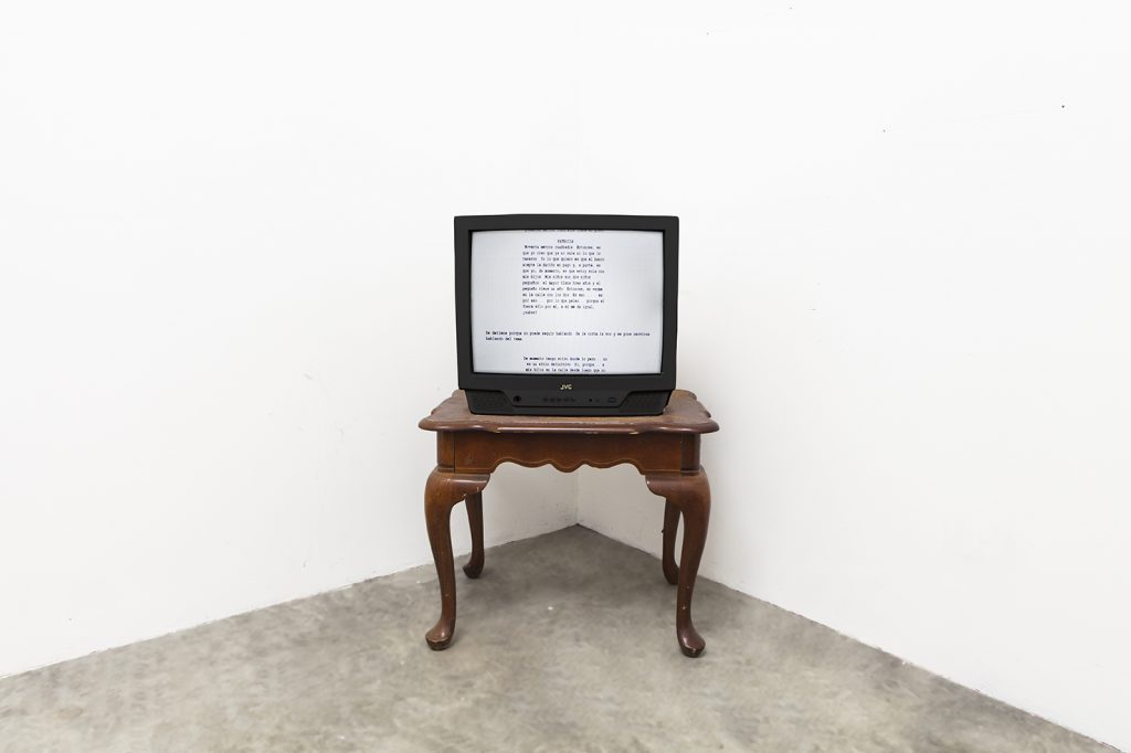 Manifiestos Atópicos, 2014 Vídeo, televisión, mesa madera 97 minutos, 12 segundos.