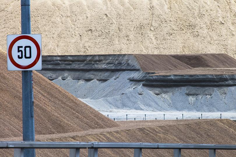 En estos depósitos se encuentran toneladas de arena importada de los países vecinos.